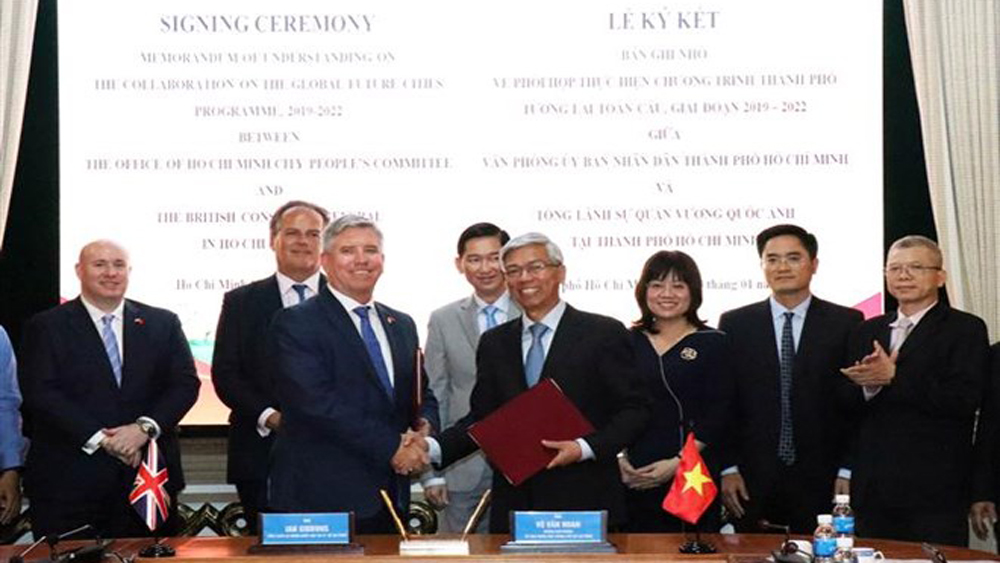 HCM City, partners with UK, building smart city, memorandum of understanding, future global city programme, signing ceremony, smart tickets, public transportation vehicles