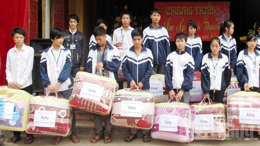 Practical deed to care for needy people on Tet occasion