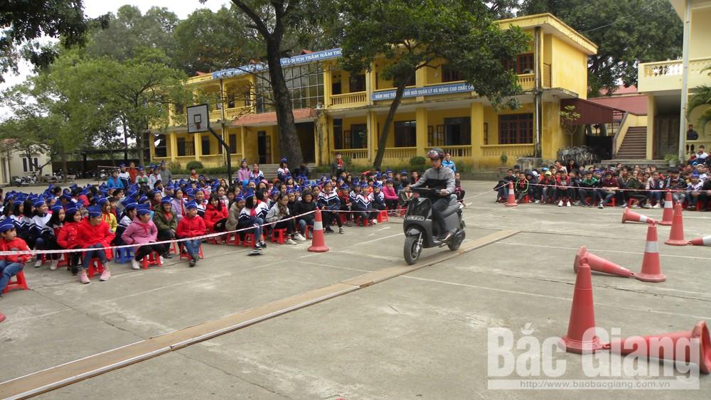"""Ngày hội """"An toàn giao thông cho nụ cười trẻ thơ"""", xã Tân Tiến, TP Bắc Giang"""