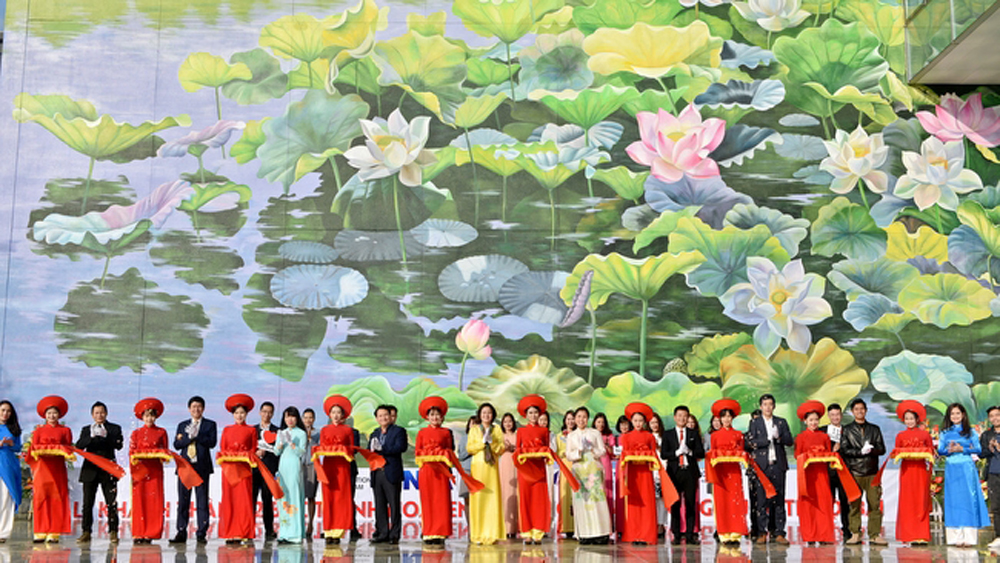 Mural paintings on lotus ponds debut at Noi Bai International Airport