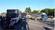 2 xe tải bị tông khi dừng đèn đỏ, nhiều người bị thương