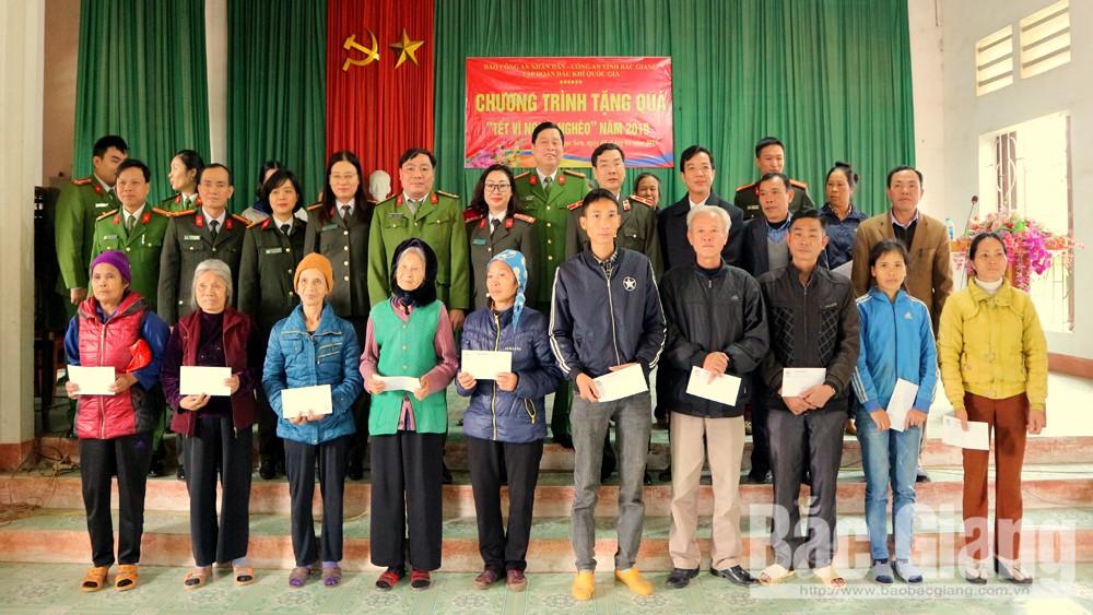 Báo Công an nhân dân tặng quà Tết tại Hiệp Hòa và Tân Yên
