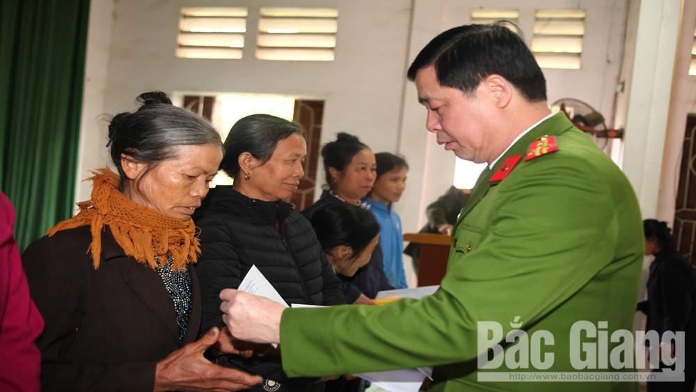 Báo Công an nhân dân tặng 200 suất quà Tết cho người nghèo tại Bắc Giang