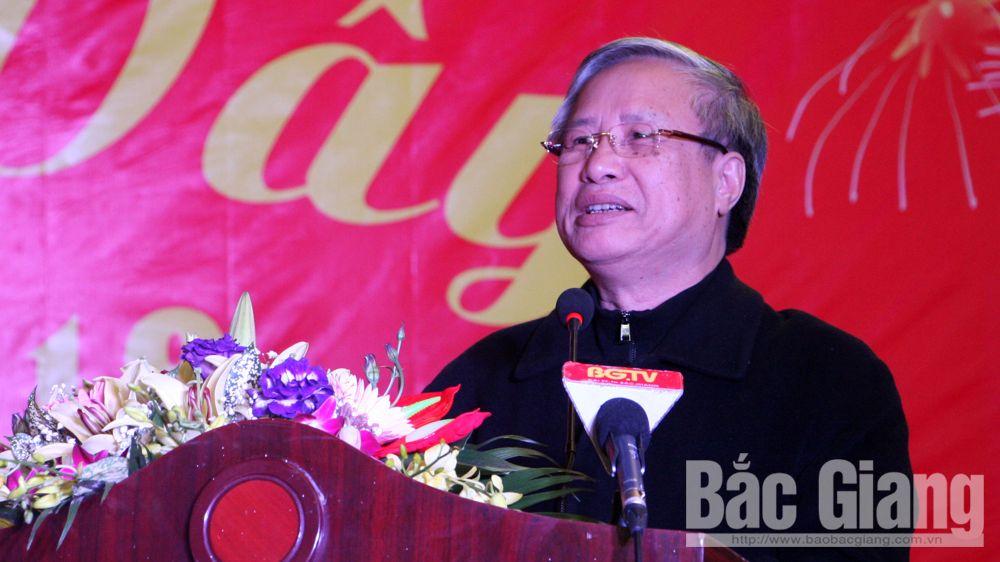 Đồng chí Trần Quốc Vượng, Bí thư Tỉnh ủy Bắc Giang Bùi Văn Hải, Ban Bí thư, Tặng quà công nhân khó khăn