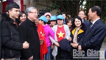 """Đồng chí Trần Quốc Vượng, Thường trực Ban Bí thư dự """"Tết sum vầy"""" với công nhân Bắc Giang"""