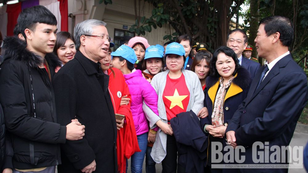 Leading officials visit workers ahead of Tet