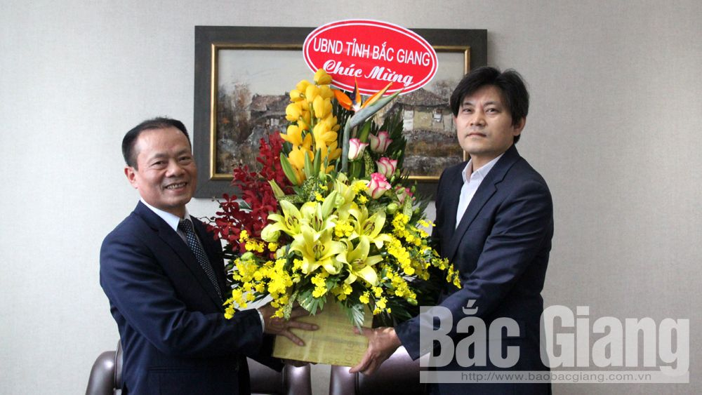 Phó Chủ tịch Thường trực UBND tỉnh Lại Thanh Sơn chúc mừng Đại sứ quán Hàn Quốc tại Việt Nam nhân dịp năm mới