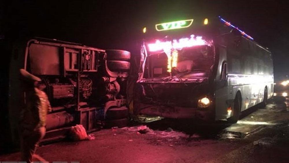 Tai nạn trong đêm giữa 2 xe khách khiến 14 người thương vong