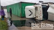 Bắc Giang: Xe container lật tại vòng xuyến trên tỉnh lộ 293