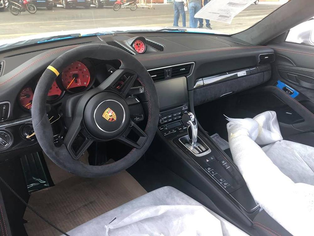 đón năm mới, chào năm mới, bãi rác khổng lồ, chương trình nghệ thuật, Porsche 911 GT2 RS, Porsche 911