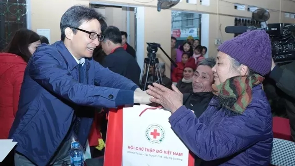 Deputy PM cares for families in difficult circumstances in Bac Kan