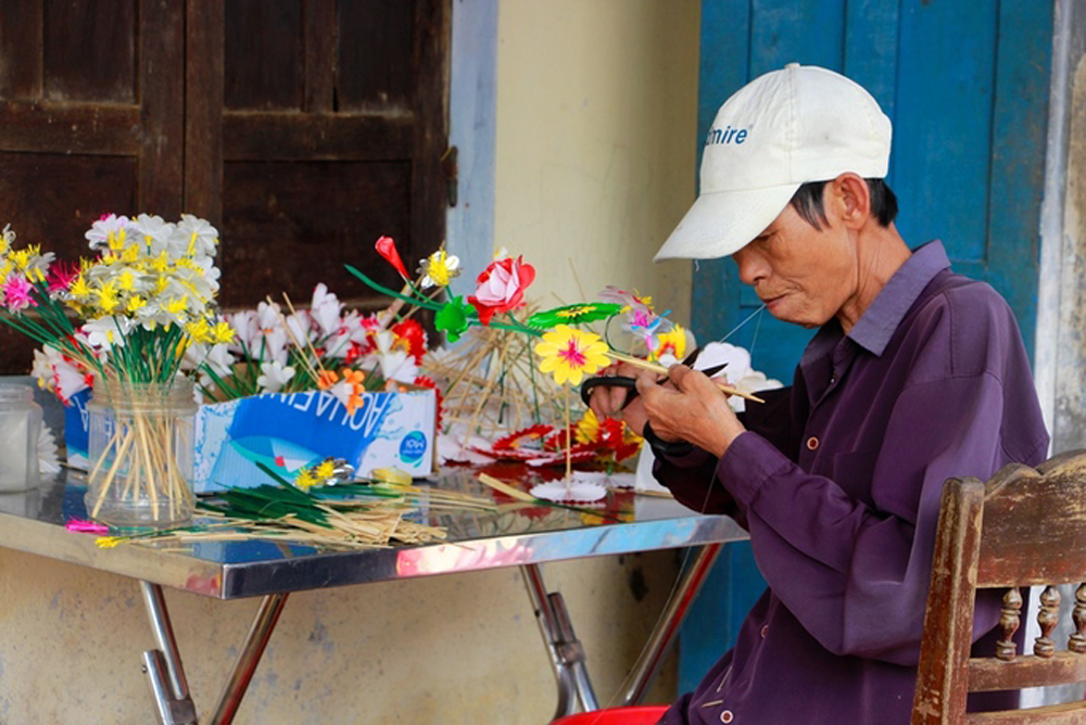 Paper flowers, entral Vietnam, Thanh Tien Village, Lunar New Year, colorful paper flowers, trang ong trang ba worship