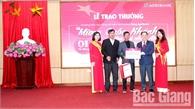 Ngân hàng Nông nghiệp và PTNT Chi nhánh Bắc Giang II trao thưởng cho khách hàng gửi tiền