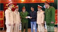 Công an TP Bắc Giang trao trả 50 triệu đồng cho người đánh rơi