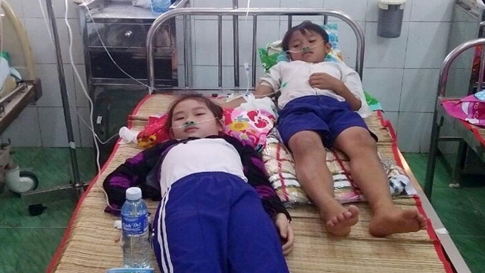 Hàng loạt học sinh nhập viện sau khi súc miệng bằng dung dịch Fluor