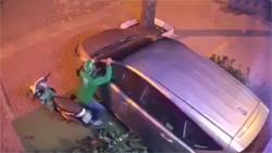 Kẻ trộm dùng vai bẻ gương ôtô chưa đến 2 giây