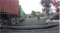 Xe container vượt đèn đỏ như chỗ không người