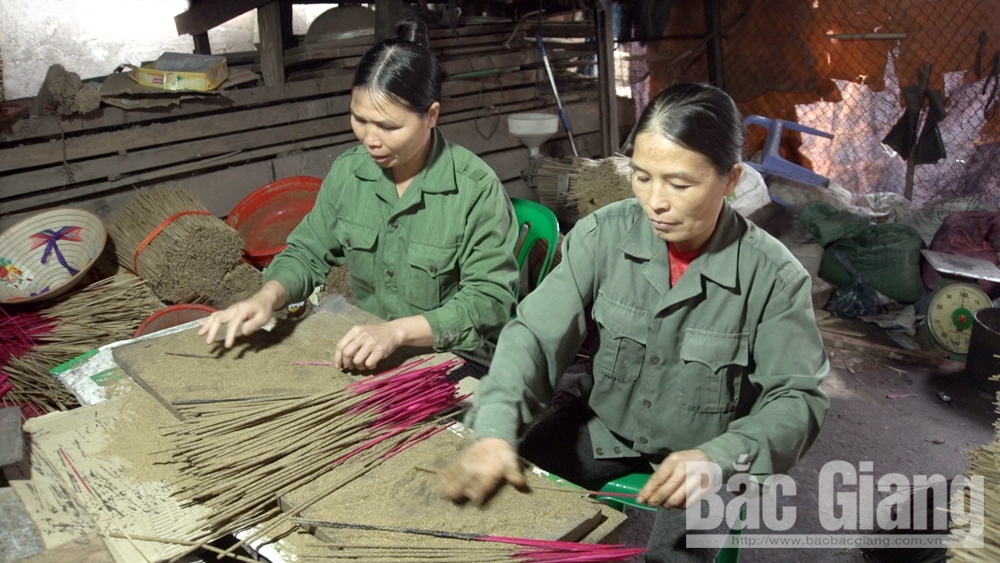 Craft villages, Tet holiday, Bac Giang province, fine arts furniture, higher prices, Tho Ha traditional rice paper, traditional carpentry villages, Bong Am incense,   high demand