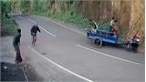 Xe công nông bất ngờ xoay vòng hất văng người lái