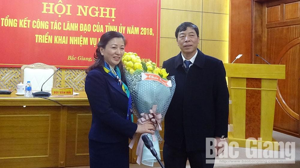 Bí thư Tỉnh ủy Bùi Văn Hải chúc mừng đồng chí Lê Thị Thu Hồng.