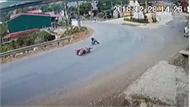 """""""Khúc cua tử thần"""" khiến hàng loạt xe máy gặp nạn tại Yên Bái"""