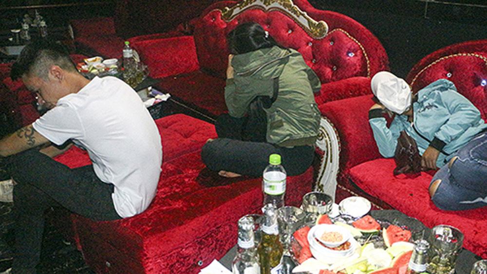 Hơn chục dân chơi phê ma túy trong quán bar ở miền Tây