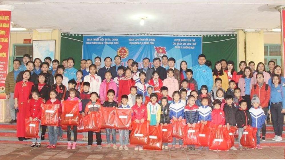 Tặng quà cho học sinh nghèo xã Đồng Hưu