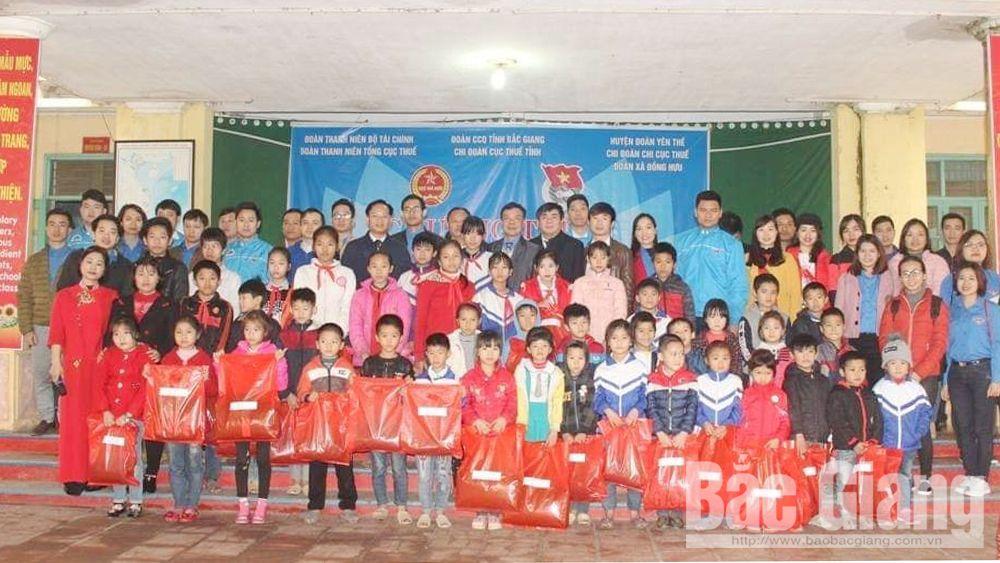 Tặng quà, học sinh, xã Đồng Hưu