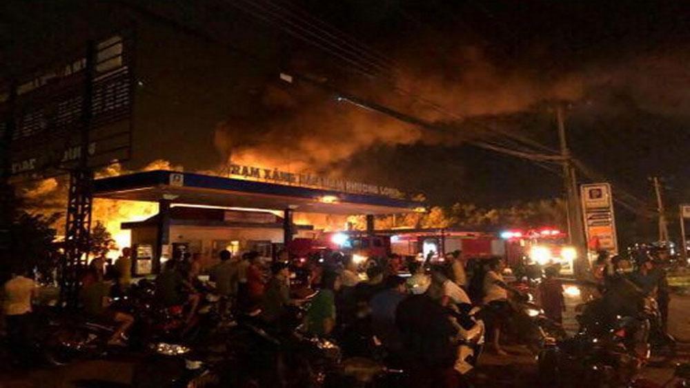 Hai xe bồn bốc cháy khi tiếp nhiên liệu tại trạm xăng ở Đồng Nai