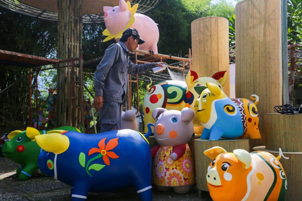 Big pigs, limelight, Saigon's flower street, finishing touches, giant pigs, Saigon's famous flower street,  welcome TeT, Nguyen Hue Flower Street