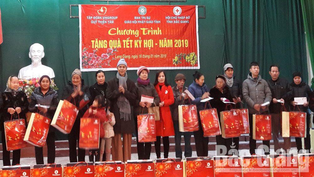 Tập đoàn VinGroup tặng 300 suất quà cho người nghèo huyện Lạng Giang
