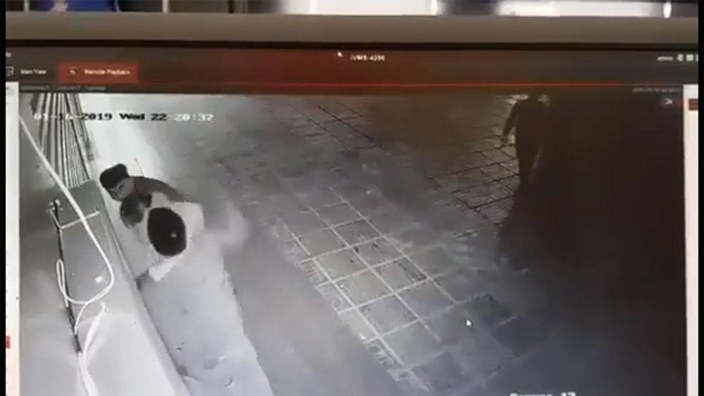 Cô gái bị hai thanh niên trêu ghẹo, tấn công liên tiếp