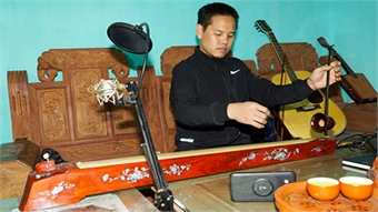 Young Hanoi craftsman helps preserve traditional music