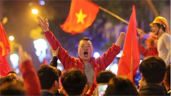 """CĐV Thủ đô """"cháy"""" hết mình sau chiến thắng kịch tính của đội tuyển Việt Nam"""
