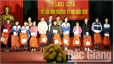 Tặng quà Tết cho 71 trẻ em nghèo
