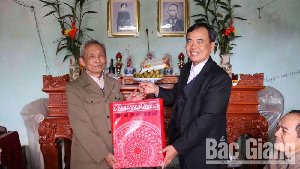 Phó Chủ tịch Thường trực HĐND tỉnh Bùi Văn Hạnh tặng quà người có công, trẻ em nghèo