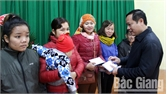 Tặng quà Tết cho người nghèo huyện Sơn Động