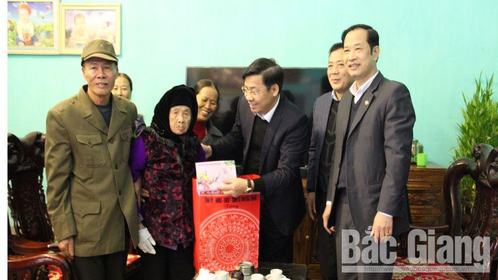 Phó Chủ tịch UBND tỉnh Dương Văn Thái tặng quà Tết cho hộ nghèo, người có công