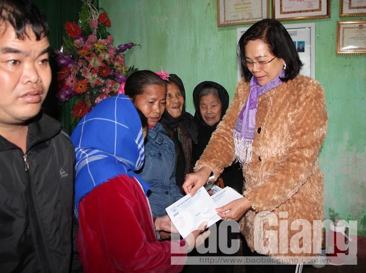 Tặng hơn 30 suất quà cho người nghèo thôn Lẻ, xã Xuân Hương
