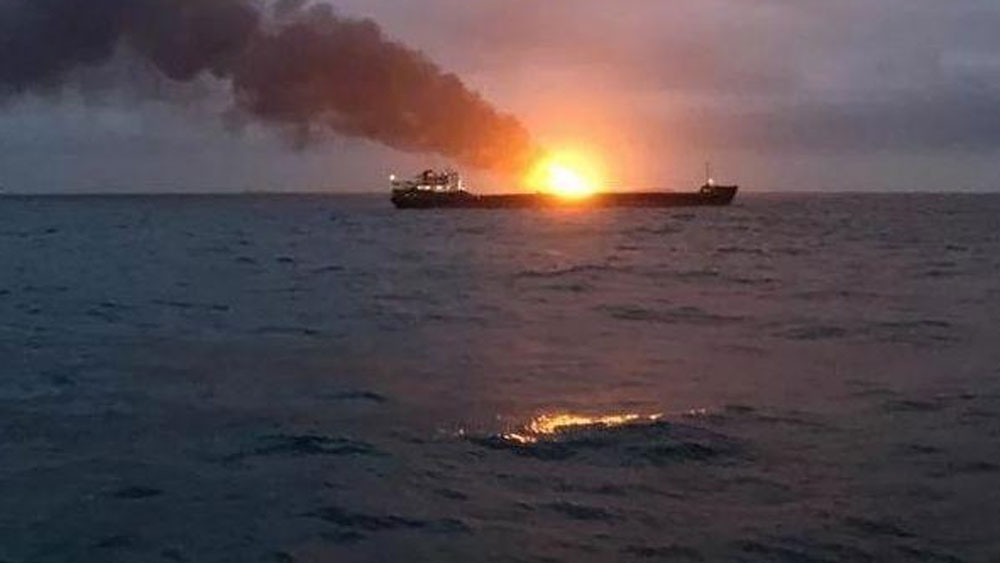 Hai tàu biển bốc cháy khi truyền tải nhiên liệu, ít nhất 11 người thiệt mạng