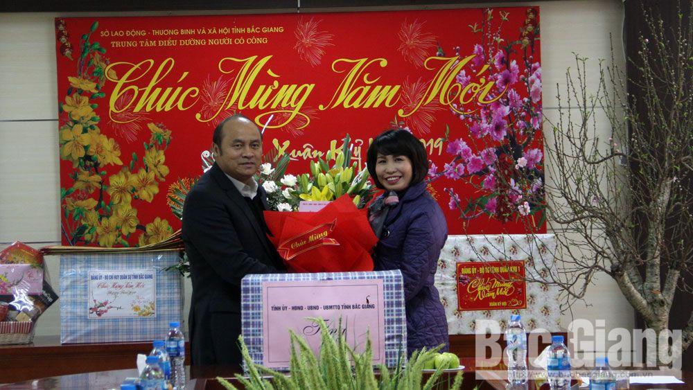 Chủ tịch UBND tỉnh thăm tặng quà người có công, gia đình chính sách