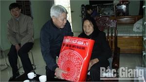 Phó Chủ tịch HĐND tỉnh Từ Minh Hải tặng quà người có công tiêu biểu huyện Lục Nam