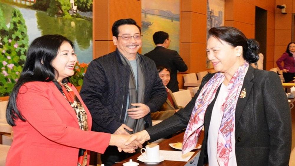Chủ tịch Quốc hội Nguyễn Thị Kim Ngân gặp mặt văn nghệ sĩ nhân dịp đón năm mới