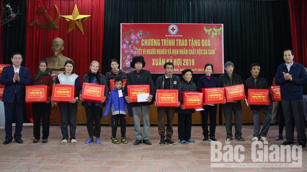 Phó Thủ tướng Chính phủ Vương Đình Huệ thăm, tặng quà Tết cho người có công, hộ nghèo tỉnh Bắc Giang