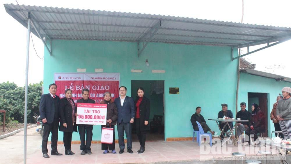 Ngân hàng Nông nghiệp và PTNT chi nhánh Bắc Giang II bàn giao nhà tình nghĩa cho hộ nghèo