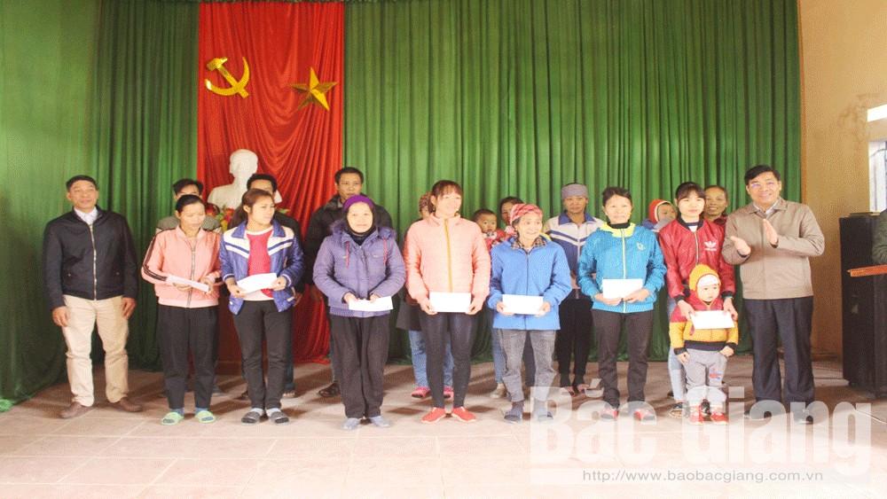 Phó Chủ tịch UBND tỉnh Dương Văn Thái tặng quà Tết cho hộ nghèo tại Lục Ngạn và Sơn Động