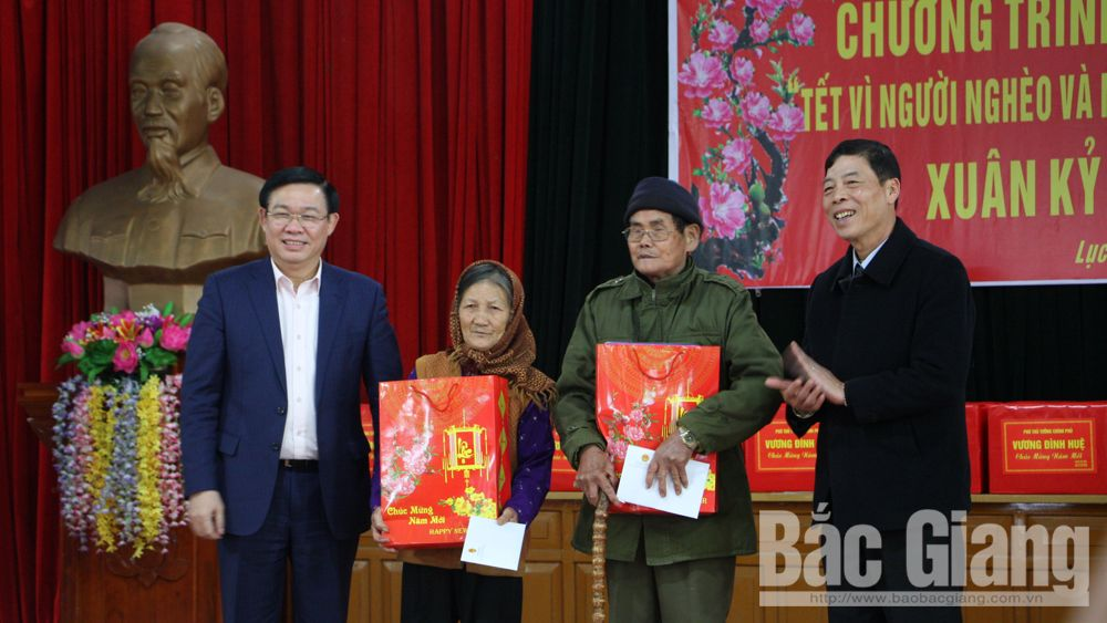 Deputy PM, Vuong Dinh Hue, provincial leaders, Tet gifts, national contributors, poor people, Bac Giang province, Lang Giang Nursing Center,  national contributors, caring quality,  gift packages