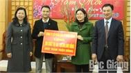 Phó Bí thư Thường trực Tỉnh ủy Lê Thị Thu Hồng tặng quà tết cho hộ nghèo huyện Yên Thế