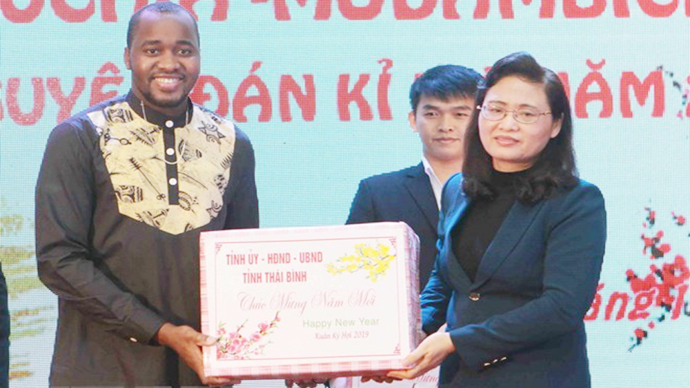 New Year gifts to Lao, Cambodian, Mozambican students in Thai Binh