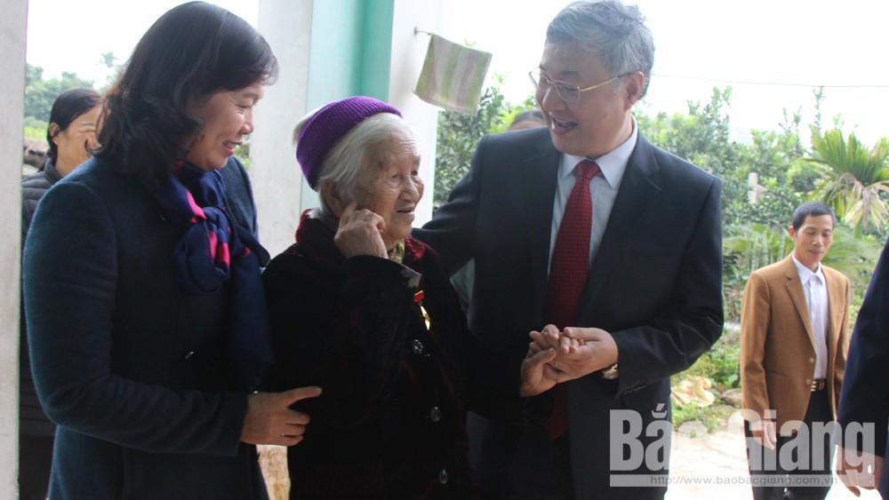 Tặng quà Mẹ Việt Nam anh hùng, đối tượng chính sách, hộ nghèo khó huyện Yên Thế, Lạng Giang